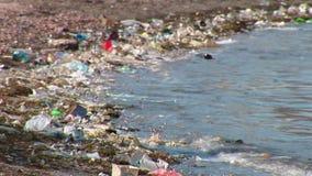 Desperdicios en la playa almacen de video