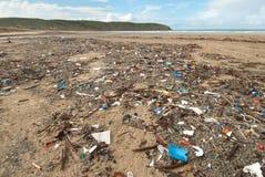 Desperdicios en la playa fotos de archivo