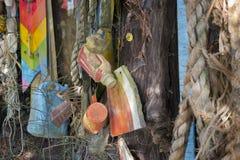 Desperdicios encontrados mientras que el peinarse de la playa foto de archivo libre de regalías