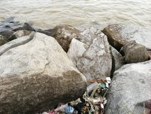 Desperdicios lanzados cerca de la playa foto de archivo