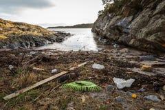 Desperdicios plásticos en la playa en Kristiansand, Noruega Foto de archivo libre de regalías