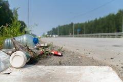 Desperdicios por el borde de la carretera Foto de archivo