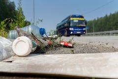Desperdicios por el borde de la carretera Fotos de archivo libres de regalías