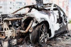 Desperdicios quemados fuego del vehículo del coche de la rueda del incendio provocado Fotos de archivo