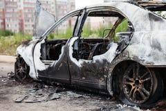 Desperdicios quemados fuego del vehículo del coche de la rueda del incendio provocado Imagenes de archivo