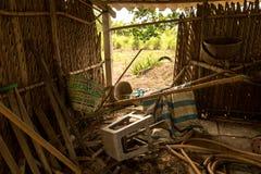 Desperdicios sucios en el gallinero de pollo abandonado - silla plástica vieja - madera, manguera y cesta - casa en el árbol y ja foto de archivo libre de regalías