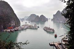 Desperdicios turísticos en la bahía de Halong, Vietnam Imagen de archivo libre de regalías