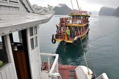 Desperdicios turísticos en la bahía de Halong, Vietnam Foto de archivo