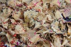 Desperdicios y serrín después de afilar los lápices coloreados Foto de archivo libre de regalías