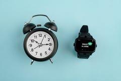 Despertador análogo contra o relógio fotografia de stock