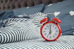 Despertador análogo na cama foto de stock royalty free