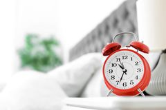 Despertador análogo na tabela no quarto fotos de stock royalty free