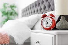Despertador análogo na tabela no quarto fotografia de stock royalty free