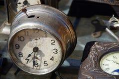 Despertador antiguo en el mercado del vintage Imagenes de archivo
