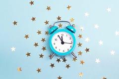 Despertador azul com as estrelas douradas pequenas fotografia de stock royalty free