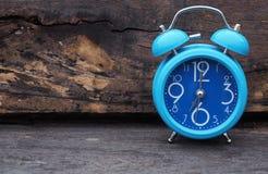 Despertador azul en de madera Fotos de archivo libres de regalías