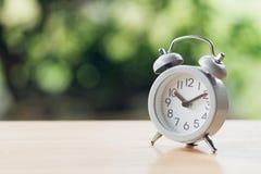 Despertador branco do vintage na madeira É hora de descansar usando-se como o conceito de relaxamento do tempo do fundo com espaç fotografia de stock royalty free