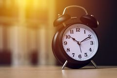 Despertador clásico que muestra tiempo durante horas de trabajo en oficina imágenes de archivo libres de regalías