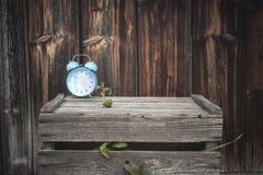 Despertador clássico em uma caixa de madeira velha foto de stock royalty free