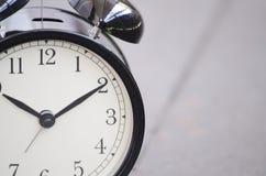 Despertador colhida e do close up do vintage para o engodo da gestão de tempo Imagem de Stock