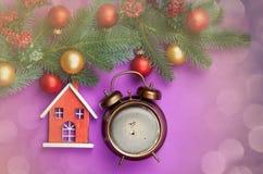 Despertador com a casa do café e do brinquedo Imagens de Stock Royalty Free