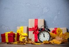 Despertador com folhas e abóbora com caixa de presente de Dia das Bruxas Imagem de Stock
