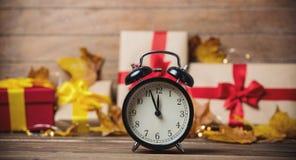 Despertador com folhas e abóbora com caixa de presente de Dia das Bruxas Fotografia de Stock