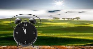 Despertador com minutos pequenos ao pulso de disparo do ` de doze o Fotografia de Stock Royalty Free