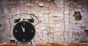 Despertador com minutos pequenos ao pulso de disparo do ` de doze o Fotografia de Stock