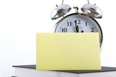 Despertador com nota adesiva em branco Imagem de Stock