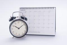 Despertador con el calendario despertador con el calendario en la parte posterior Imagen de archivo libre de regalías