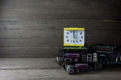Despertador con las placas de circuito en el fondo de madera, aún vida Fotografía de archivo