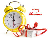 Despertador con los regalos de Navidad Imágenes de archivo libres de regalías