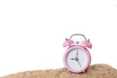 Despertador cor-de-rosa na praia fotografia de stock