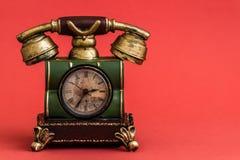 Despertador criativo com estilo do telefone do vintage no vermelho fotografia de stock