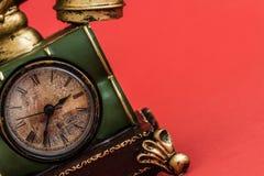 Despertador criativo com estilo do telefone do vintage no vermelho Foto de Stock