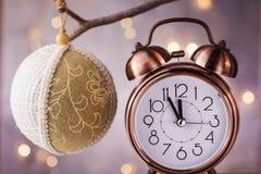 Despertador de cobre del vintage que muestra cinco minutos a la medianoche, cuenta descendiente del Año Nuevo Ejecución de lino h Imagen de archivo libre de regalías