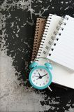 Despertador de la turquesa en gris negro Imagen de archivo