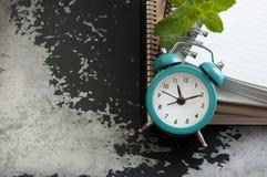 Despertador de la turquesa en gris negro Imágenes de archivo libres de regalías