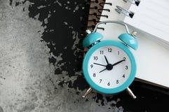 Despertador de la turquesa en negro Imagen de archivo libre de regalías
