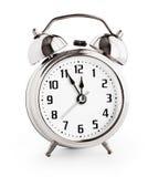 Despertador de prata que mostra doze horas com trajeto de grampeamento imagem de stock
