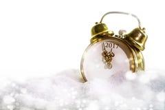 Despertador del Año Nuevo en la nieve que muestra 2017, fondo blanco Foto de archivo libre de regalías