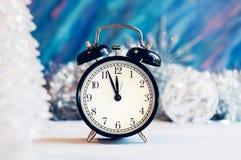 Despertador del Año Nuevo en una plata y un fondo azul Foto de archivo libre de regalías