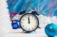 Despertador del Año Nuevo en una plata y un fondo azul Imagen de archivo