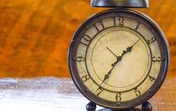 Despertador del vintage con un fondo de madera fotografía de archivo libre de regalías