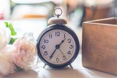 Despertador del vintage en la tabla Imagen de archivo