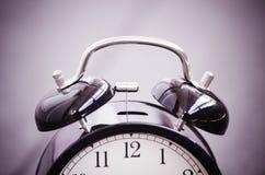 Despertador del vintage para el concepto de la gestión de tiempo Fotografía de archivo libre de regalías