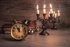 Despertador del vintage que muestra cinco a doce en la madera Imágenes de archivo libres de regalías