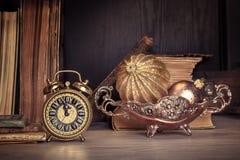 Despertador del vintage que muestra cinco a doce en la madera, espacio del texto Fotos de archivo libres de regalías