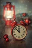 Despertador del vintage y lanterne del matchind en la tabla de madera Feliz Imágenes de archivo libres de regalías